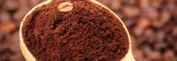 Un cucchiaio di caffè macinato